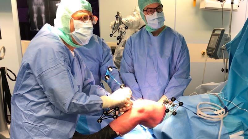 Intervento di protesi al ginocchio con la tecnica robotica ortopedica Mako