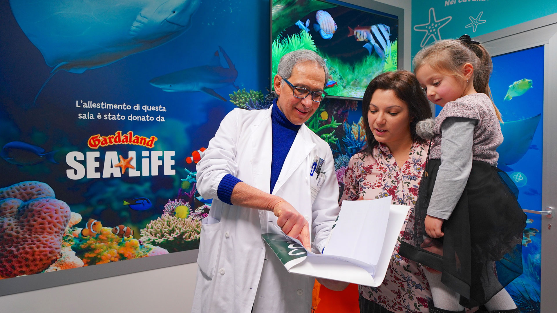 Il dottor Matto Sulpasso illustra ad una mamma il progetto Sea Life Therapy
